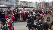 "Sekkepipeorkester - Sekkepipeorkesteret ""The Bergen Pipe Band"" marsjerer over Bryggen."