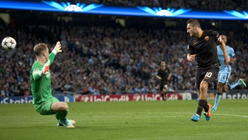 Totti scorer mot City - Francesco Totti chipper ballen over Joe Hart i City-målet, og blir dermed tidenes eldste målscorer i Champions League. - Foto: OLI SCARFF / Afp
