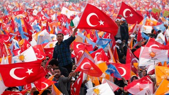 TURKEY-ELECTION/ Supporters of Turkey's Prime Minister Tayyip Erdogan cheer and wave Turkish and AK Party (AKP) flags during an election rally in Istanbul - Tilhengere av Tyrkias statsminister Tayyip Erdogan vifter med flagg under et valgkamparrangement i Istanbul. - Foto: MURAD SEZER / Reuters