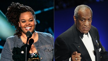 Jill Scott og Bill Cosby, begge to på scenen mens de smiler