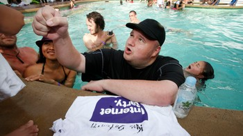 "Kim Dotcom på ""Internet Pool Party"" - Kim Dotcom er mannen bak New Zealands 'Internet Party'. Her er han fotografert under et arrangement kalt 'Internet Pool Party' i april. - Foto: NIGEL MARPLE / Reuters"