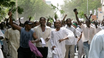 Skudd og tåregass mot demonstranter i Sudan