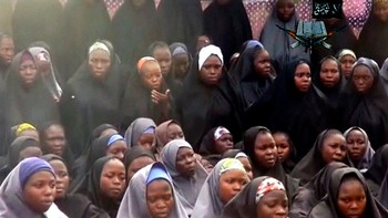 NIGERIA-GIRLS/ Kidnapped schoolgirls are seen at an unknown location in this still image taken from an undated video released by Boko Haram - Over 270 kristne jenter vart bortførte av Boko Haram tidlegare i år. - Foto: REUTERS TV / Reuters