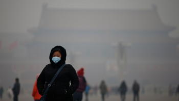 CHINA-ENVIRONMENT/ A woman wearing a mask makes her way during a polluted day at Tiananmen Square in Beijing - Torsdag denne uken var luftkvaliteten i Beijing så dårlig at den var «Beyond Index». - Foto: KIM KYUNG-HOON / Reuters