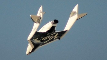 SpaceShipTwo under testflyving i april 2013 - Foto: GENE BLEVINS / Reuters