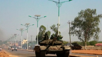 SOUTHSUDAN-UNREST/ A military tank patrols along one of the main roads in the South Sudanese capital Juba - Foto: STRINGER / Reuters
