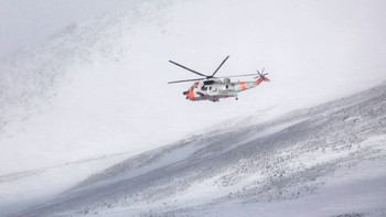 Norsk Sea King-helikopter over Kebnekaise - Et norsk Sea King-helikopter over Kebnekaise fredag. Også lørdag er norske Sea-King-helikoptre gjort klare i Kiruna. - Foto: SCANPIX SWEDEN / Reuters