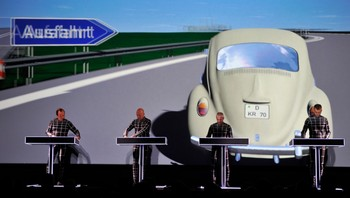 Kraftwerk under konsert i New York - Kraftwerk under opningskonserten for Retrospective-serien i New York. - Foto: Jason Szenes / Reuters