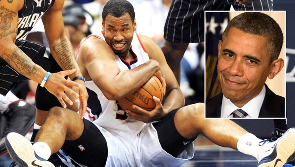 Jason Collins og Obama - Etter at NBA-spilleren Jason Collins sto frem som homofil har han fått støttende ord fra president Barack Obama. Her er Collins under en kamp for Atlanta Hawks. - Foto: DAVID TULIS / Reuters