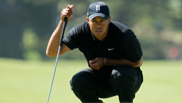 GOLF-OPEN/ Tiger Woods of the U.S. looks at his putt on the ninth green during the second round of the 2012 U.S. Open golf tournament on the Lake Course at the Olympic Club in San Francisco - Tiger Woods måtte jobbe hardt på annen runde i US Open fredag, men slitet betalte seg. Han ligger i delt ledelse etter to runder. - Foto: ROBERT GALBRAITH / Reuters