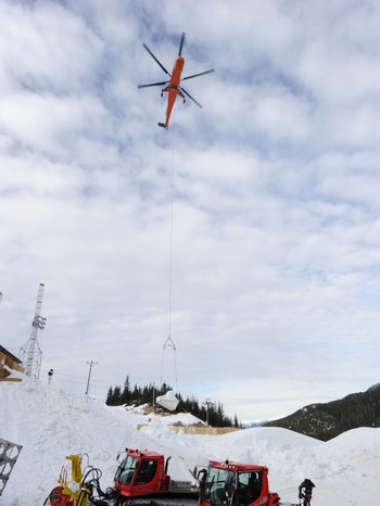 Helikopter som flyr inn snø til Cypress Mountain - Helikopter som flyr inn snø til Cypress Mountain. - Foto: Mark Ralston / Scanpix/AFP