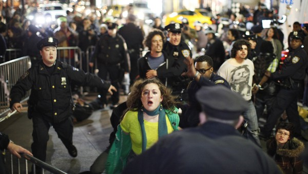 Occupy Wall Street - Demonstranter og politi barket lørdag sammen i en av New Yorks parker. - Foto: Reuters /