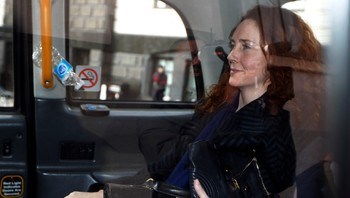 Rebekah Brooks - FRIKJENT PÅ ETT PUNKT, FIRE IGJEN: Tidligere News of the World-redaktør Rebekah Brooks må svare for den nedlagte skandaleavisen News of the Worlds telefonhacking og -avlytting. - Foto: Sang Tan / AP