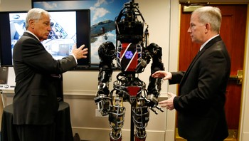 USA/ Hagel is briefed on the Defense Advanced Research Projects Agency's ATLAS robot at the Pentagon in Washington - USAs forsvarsminister Chuck Hagel fikk møte ATLAS-roboten, som er en prototyp på en redningsrobot for katastrofeområder. - Foto: KEVIN LAMARQUE / Reuters