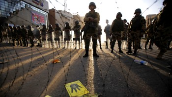 EGYPT-PROTESTS/ Egyptian soldiers stand guard near Rabaa al-Adawiya square during a protest by members of the Muslim Brotherhood and supporters of ousted Egyptian President Mohamed Mursi in Cairo - Foto: AMR ABDALLAH DALSH / Reuters