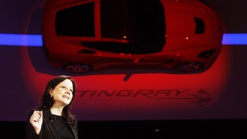 Mary Barra - Den nye GM-sjefen Mary Barra, holdt en tale med GMs mest kjente sportsbil, Corvette Stingray, i bakgrunnen. - Foto: Rebecca Cook/Files / Reuters