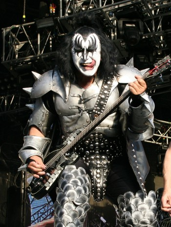 Kiss på Koengen - GOOD DEAL: Kiss had no money, and offered Costello a unique deal that eventually paid off very well. Here Gene Simmons live on stage in Bergen, Norway, this summer. - Foto: Roy Hilmar Svendsen / NRK