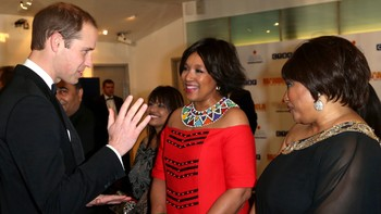 Prins William og Zindzi Mandela - Zindzi og Zenani Mandela sammen med prins William før filmen startet. - Foto: POOL / Reuters
