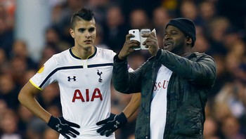 SOCCER-EUROPA/ A spectator runs onto the pitch and takes a 'selfie' of himself and Tottenham Hotspur's Erik Lamela during their Europa League soccer match against Partizan Belgrade at White Hart Lane in London - Foto: EDDIE KEOGH / Reuters