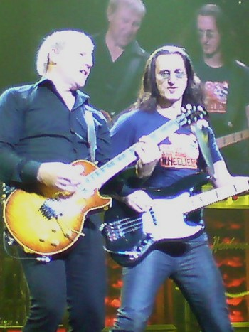 Rush - PISSED OFF: Alex Lifeson and Geddy Lee, here live in Oslo last year, were not amused when a picture of their fans ended up on a Rainbow-cover. - Foto: Sigurd Hamre / NRK
