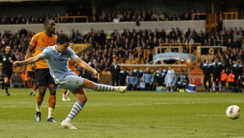 FBL-ENG-PR-WOLVES-MAN-CITY - Samri Nasri setter inn 2-0-målet for City. - Foto: IAN KINGTON / Afp