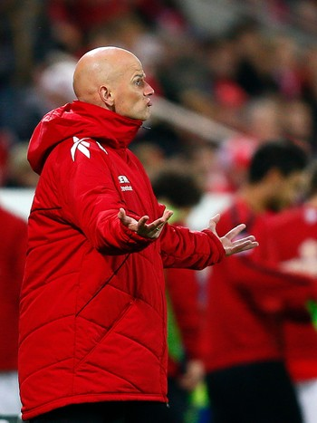 SOCCER-GERMANY/ FC Cologne coach Stale Solbakken reacts during their German first division Bundesliga soccer match against FSV Mainz 05 in Mainz - Ståle Solbakken reagerer på en dommeravgjørelse. - Foto: KAI PFAFFENBACH / Reuters