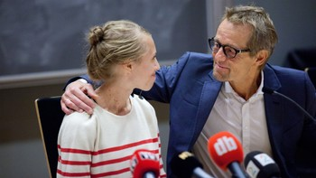 Silje Lehne Michalsen og Bård Borch Michalsen ser på hverandre - Silje Lehne Michalsen sammen med pappa Bård Borch Michalsen under pressekonferansen på Ullevål. - Foto: Øyvind Bye Skille / NRK