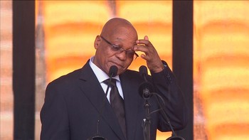 MANDELA South African President Zuma gestures before making a speech during Mandela's national memorial service in Johannesburg - Foto: REUTERS TV / Reuters