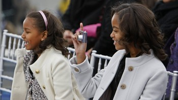Malia og Sasha Obama under We are one-konserten - Malia og Sasha Obama under We are one-konserten, som var en slags før-feiring av innsettelsen av Barack Obama som USAs neste president. - Foto: Charles Dharapak / AP