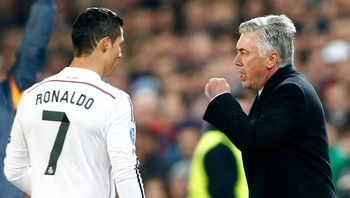 SOCCER-CHAMPIONS/ Real Madrid's coach Ancelotti talks to Ronaldo during their Champions League Group B soccer match against FC Basel in Basel - Foto: ARND WIEGMANN / Reuters