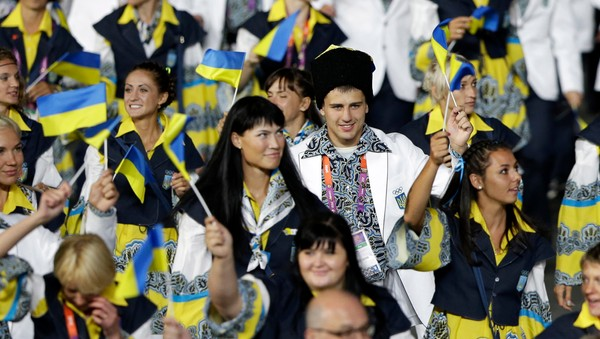 London Olympics Opening Ceremony Ukraina - Deler av den ukrainske delegasjonen under åpningsseremonien for OL i London 2012. - Foto: Mark Humphrey / Ap