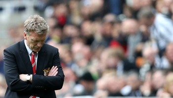David Moyes - En David Moyes i tanker under bortekampen mot Newcastle 5. april. Manchester United vant 4-0, men Moyes måtte likevel gå bare to uker senere. For lite, for sent, mente klubbledelsen. For tidlig, mener kronikkforfatteren. - Foto: Scott Heppell / Ap