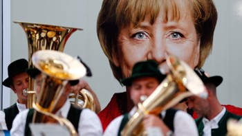GERMANY/ A Bavarian brass band plays before the arrival of German Chancellor Merkel at a CDU election campaign meeting in Miesbach - Et messingblåserorkester spiller mens Angela Merkel ankommer et valgkampmøte i Miesbach i september i fjor. Merkel har opplevd voldsom - Foto: MICHAEL DALDER / Reuters