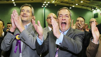 Nigel Farage og Mark Reckless - UKIP-leder Nigel Farage og Mark Reckless jublet i natt etter seieren i Rochester. - Foto: Suzanne Plunkett / Reuters