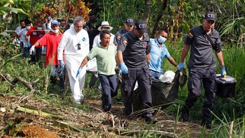 COLOMBIA-REBELS/ People move the bodies of soldiers killed by FARC, in Santander de Quilichao, Cauca