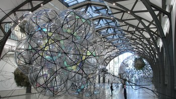 Tomás Saraceno: Cloud Cities (utst. i Hamburger Bahnhof) - Tomás Saraceno: Cloud Cities (utst. i Hamburger Bahnhof). - Foto: Nina Skurtveit / NRK