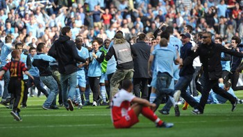 City-jubel - Elleville City-supportere stormer banen etter at laget har vunnet Premier League. - Foto: PAUL ELLIS / Afp