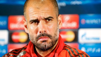 SOCCER-CHAMPIONS/ Bayern Munich's coach Guardiola reacts during a news conference before their training session on the eve of their Champions League Group E match against CSKA Moscow in Moscow - Kanskje får man se Magnus Carlsen-inspirert taktikk på fotballbanen snart? Bayern München-trener Pep Guardiola mener i alle fall han har noe å lære av sjakkverdensmesteren. - Foto: MAXIM ZMEYEV / Reuters