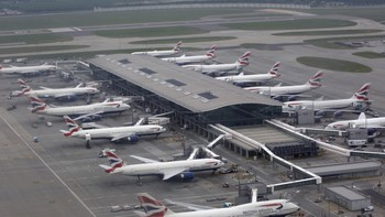 British Airways-fly på bakken ved Heathrow - Alle fly står på bakken både på Heathrow og i resten av London på grunn av et strømbrudd. - Foto: Odd Andersen / Ap