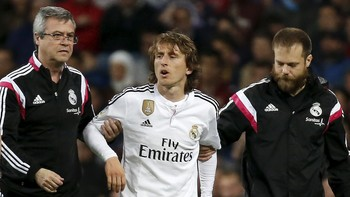 SOCCER-SPAIN/ Real Madrid's Luka Modric leaves the pitch after an injury during their Spanish First Division soccer match against Malaga at Santiago Bernabeu stadium in Madrid
