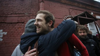 RUSSIA-GREENPEACE/ Videographer Kieron Bryan of Britain, one of the 30 people who were arrested over a Greenpeace protest at the Prirazlomnaya oil rig, reacts as he is released on bail from prison in St. Petersburg - Foto: STRINGER / Reuters