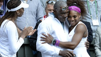 Serena Williams - Da kampen var over, løp Serena rett opp på tribunen for å feire med pappa Richard og storesøster Venus (t.v.). - Foto: Rebecca Naden / Pa Photos