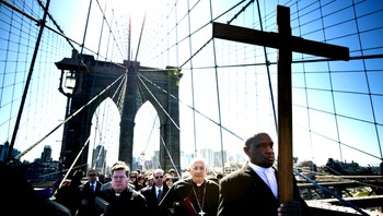 Påske i New York - Den tradisjonelle katolske prosesjonen over Brooklyn Bridge i New York. - Foto: Afp /