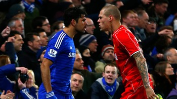 SOCCER-ENGLAND/LEAGUE Chelsea's Costa and Liverpool's Skrtel argue during their English League Cup semi-final second leg soccer match in London - Foto: EDDIE KEOGH / Reuters