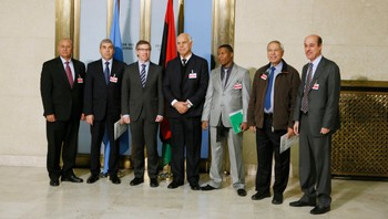 LIBYA-SECURITY/ Special Representative and Head of UNSMIL Bernardino Leon poses with Libyan House of Representatives members attending Tobruk sessions, after a news conference in Geneva - Spesialrepresentant for FNs generalsekretær for Libya og leder for FNs Support Mission i Libya (UNSMIL) Bernardino Leon (tredje til venstre) sammen med libyske House of Representatives etter en pressekonferanse ved Palais des Nations i Genève, 14. januar 2015. Det er fredag oppnådd en enighet om å danne en nasjonal samlingsregjering i Libya. - Foto: PIERRE ALBOUY / Reuters