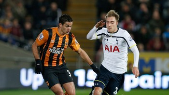 SOCCER-ENGLAND/ Hull City's Hatem Ben Arfa challenges Tottenham Hotspur's Christian Eriksen during their English Premier League soccer match at the KC Stadium in Hull - Foto: ANDREW YATES / Reuters