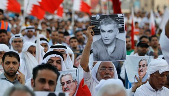 Protest for Nabeel Rajab - En regimekritisk demonstrant holder opp en plakat av Nabeel Rajab under en markering i Bahrain 20. september. - Foto: HAMAD I MOHAMMED / Reuters