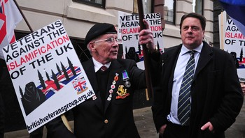 Leder Nick Griffin i British National Party protesterer utenfor retten i London - Leder Nick Griffin i British National Party protesterer utenfor retten i London i forbindelse med at to menn står tiltalt for mordet på soldaten Lee Rigby. - Foto: CARL COURT / Afp