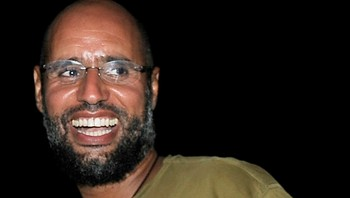 ICC-LIBYA/ File photo of Saif al-Islam, the son of Libyan leader Muammar Gaddafi, greeting supporters in Tripoli - Muammar al-Gaddafi sin sønn, Saif al-Islam er bes - Foto: PAUL HACKETT / Reuters