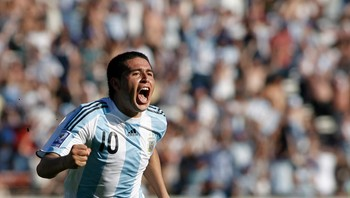 ARGENTINA-SOCCER/ File photo of Riquelme celebrating after he scored against Bolivia in their 2010 World Cup qualifying soccer match in Buenos Aires - Foto: SANTIAGO PANDOLFI / Reuters